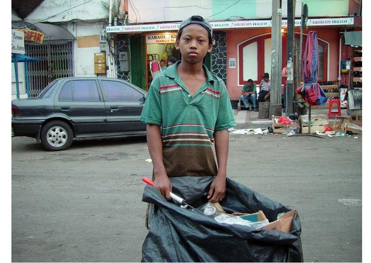 Photo child garbage collector in Jakarta, Indonesia