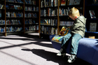 Photos child in library