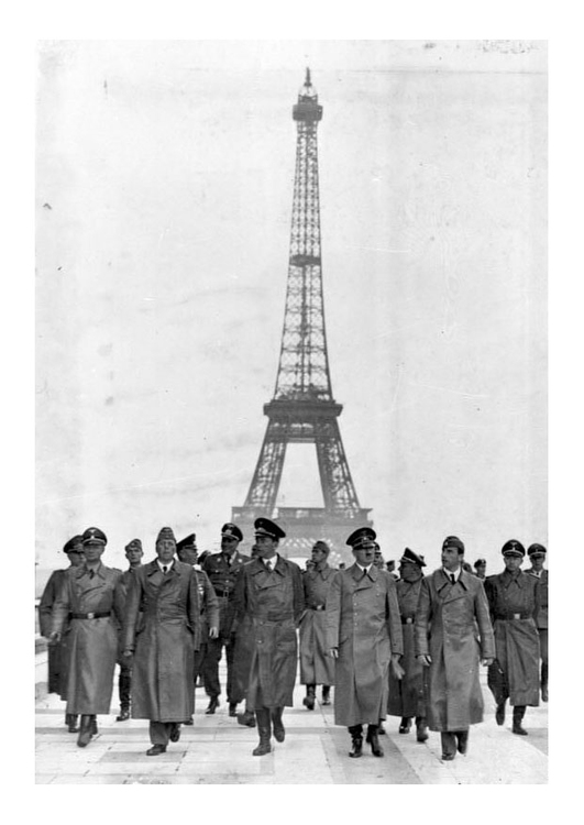 Photo Hitler under the Eiffel Tower