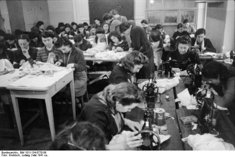 Photo Poland - Ghetto Warsaw - sewing workroom
