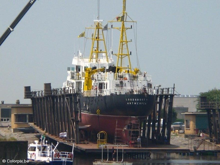 Photo ship in dry dock