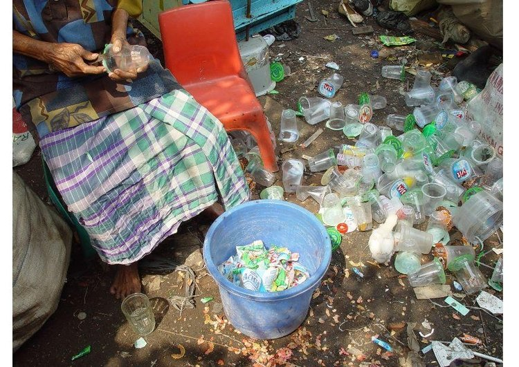 Photo sorting through waste, slums in Jakarta